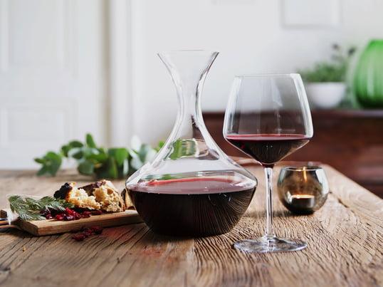 Perfekter Weingenuss mit der Perfection-Kollektion von Holmegaard: Genießen Sie einen vollmundigen Rotwein - dekantiert in der Weinkaraffe und serviert im bauchigen Rotweinglas.
