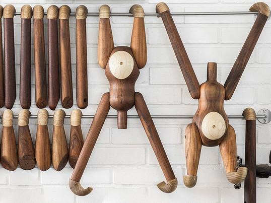 Der Kay Bojesen Holz-Affe wird bei der Herstellung auf die Qualität von Teakholz und Limbaholz kontrolliert. Obwohl bei der Produktion auf ein einheitliches Erscheinungsbild geachtet wird, sind kleine Flecken und Streifen keine Seltenheit und lassen so jedes mal ein Unikat entstehen.