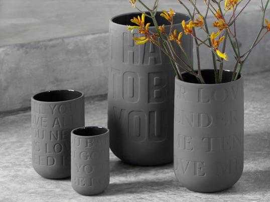 Die großen Lovesongs von Elvis, John Lennon und Co. verewigt auf einer Vase, die als Geschenk mit der richtigen Blume ein absoluter Hingucker ist. In ihrer Funktion ist die Vase selbstverständlich nicht begrenzt und kann problemlos auch als Stifthalter genutzt werden.