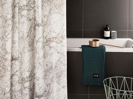 Duschvorhänge fungieren als Spritzschutz. Sie schützen das Badezimmer vor ungewollten Überflutungen. Sie eignen sich aber auch herrlich als farbenfrohes Dekoelement.
