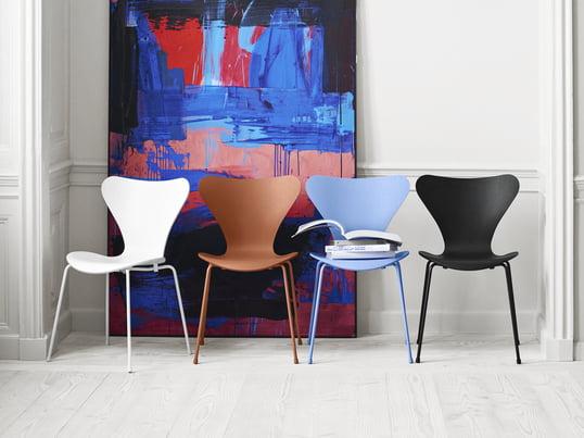 Tal R verpasst dem von Arne Jacobsen entworfenen Serie 7 Stuhl farblich einen neuen Look: monochrom, von Kopf bis Fuß in einer Farbe, kommen die Designstühle des Herstellers Fritz Hansen von nun an daher - in den Farben Schwarz, Weiß, Chavalier Orange und Trieste Blue.