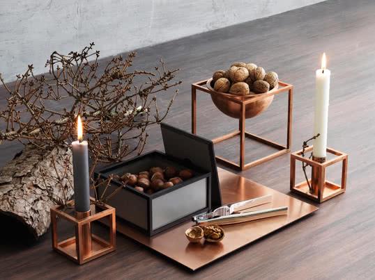 Angelehnt an den Bauhaus Grundsatz entwarf Morgens Lassen die Kubusform als Kerzenhalter und Dekorationsschale. Heute werden die Kuben in Dänemark aus bis zu verschiedenen Materialien und in unterschiedlichen Größen hergestellt.