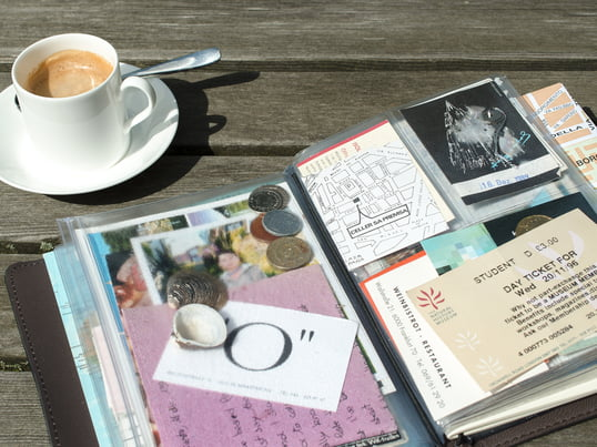 Das TripBook von Remember gehört zu den hochwertigen und trotzdem günstigen Geschenkideen, die Sie bereits mit bis zu 50 Euro erwerben können. Machen Sie Ihren reisebegeisterten Freunden mit dem farbenfrohen Buch für Urlaubserinnerungen eine Freude!