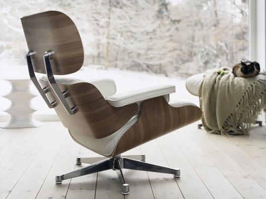 Ungewöhnlich und gerade deshalb besonders: Den Lounge Chair von Vitra, entworfen von Charles und Ray Eames, gibt es auch in Weiß umgeben von einer Sitzschale aus Nussbaum-Holz - ein edler Clubsessel, der Ihrem winterlichen Wohnzimmer Helligkeit und Gemütlichkeit verleiht.
