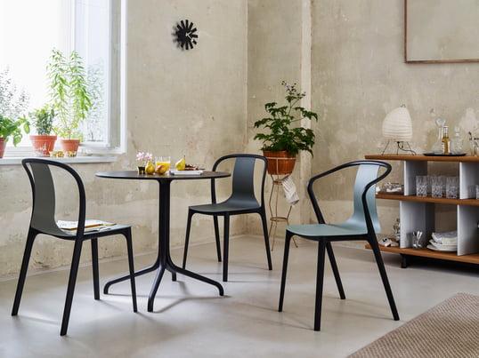 Die Tische und Stühle der Belleville Kollektion von Ronan und Erwan Bouroullec machen nicht nur im Wohnbereich eine gute Figur. Die Vitra Bistromöbel im französischen Stil sind in zwei Varianten für den Innen-und Außenbereich erhältlich. Schlanke Möbel mit Akzenten in Tiefschwarz.