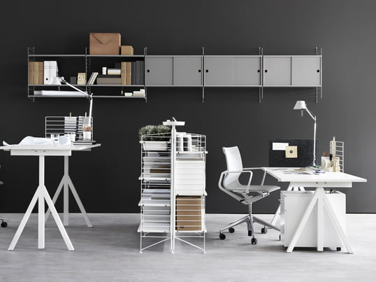 String bietet mit seiner Works Kollektion höhenverstellbare Schreibtische, modulare Regalsysteme und andere Büromöbel, die im Home-Office eine kreative, produktive Arbeitsatmosphäre schaffen.