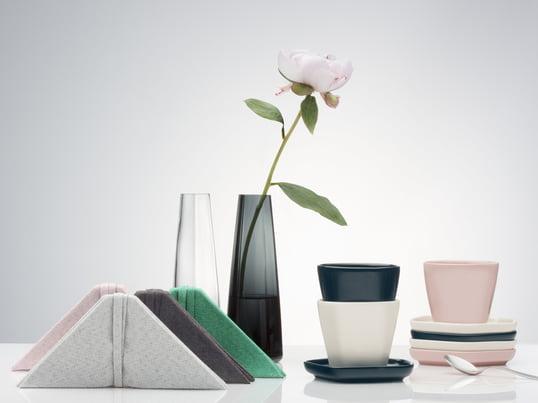 Finnische Handwerkskunst trifft auf asiatisches Ambiente: die Vase, Teller, Tischsets und Serviette vom Issey Miyake Designstudio sind durch die asiatische Kultur beeinflusst.