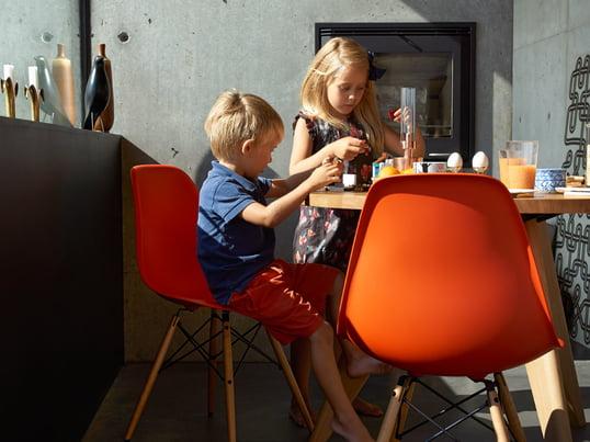 Moderne Küchenstühle in Weiß, Rot, Gelb und in vielen weiteren Farben sorgen für ein buntes Leben in Küche & Esszimmer. Der Eames Plastic Side Chair DSW von Vitra lässt sich optimal in jeden Einrichtungsstil integrieren.