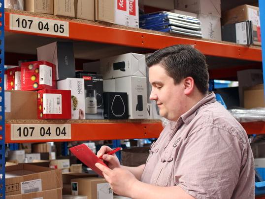 Philipp arbeitet bei Connox im Lager.