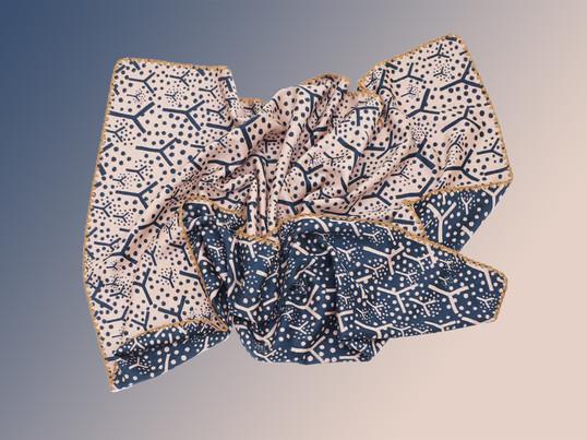 Die Frutta Throw Wendedecke von Kvadrat entstammt aus der Limited Edition des japanischen Designers Akira Minagawa. Die mehrfarbige Decke besteht aus hochwertiger Lammwolle.