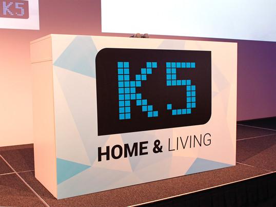 Auf der Bühne der K5 in Berlin 2016 dreht sich alles rund ums Thema E-Commerce. Die Konferenz bietet eine Plattform, auf der Händler zusammen kommen, sich austauschen können und einen Blick in die Zukunft des Online-Handels werfen.