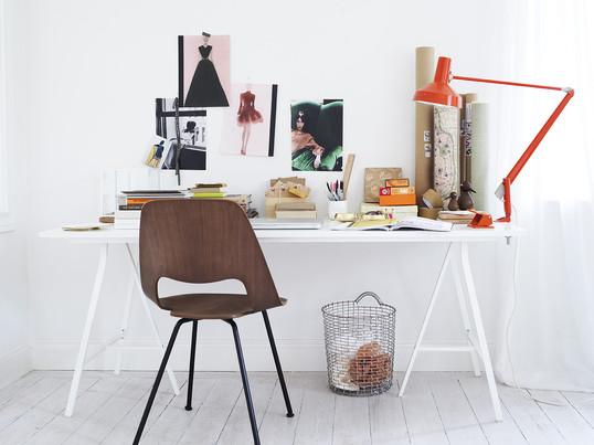 Der Edelstahl-Korb von Korbo kann überall dort in Einsatz kommen, wo ein robuster Aufbewahrungsgegenstand gebraucht wird. Ob für Zeitungen und Magazine, für Brennholz oder für die Einkäufe vom Markt, der Design-Korb aus Edelstahl ist praktisch und robust. Dank des minimalistischen Designs passt er in jedes Interieur.