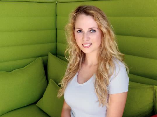 Eva arbeitet im Marketing bei Connox, ein Online-Shop für Wohndesign. Sie kümmert sich um die Stammkunden, ist für die Newsletter zuständig und erstellt den Katalog.