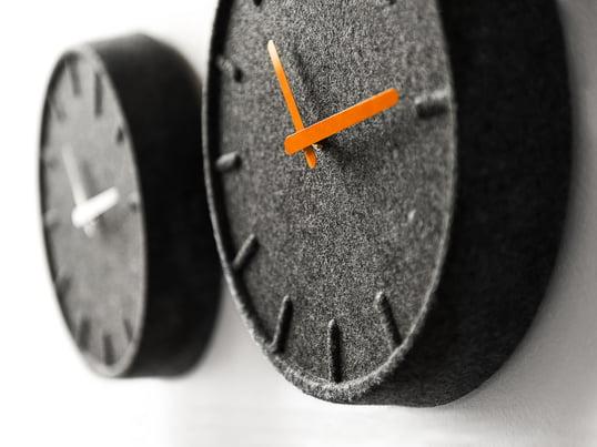 Mit ihrem schlichten Design, aber dennoch außergewöhnlichen Material ist die Felt35 Wanduhr ein echter Hingucker. Die Uhr ist aus 60% recyceltem Material, neben wunderschönen Design wartet sie also auch mit einem Beitrag zum Umweltschutz auf.