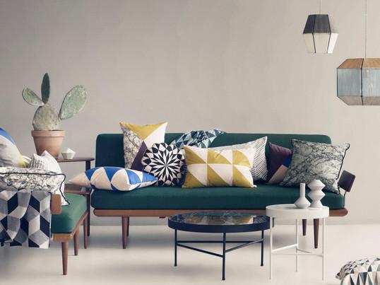 Die Kissen-Kollektionen bestechen mit geometrischen Mustern und bunten Farben, wie Blau und Gelb. Auch in schwarz und weiß sorgen die Kissen auf dem Sofa im Wohnzimmer für Gemütlichkeit.