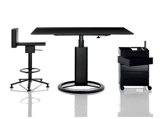 Die 360° Kollektion von Konstantin Grcic für Magis sind moderne und hochwertige Möbel für das Büro und den Arbeitsplatz. Der Tisch und Büro-Stuhl sind höhenverstellbar.