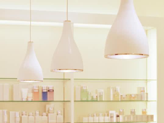 Die Wand- und Deckenleuchten der Leuchtenserie One Eighty können gekippt und gedreht werden können. Ausgestattet mit einem Schraubsockeln sind sie für eine Vielzahl an Leuchtmitteln geeignet.