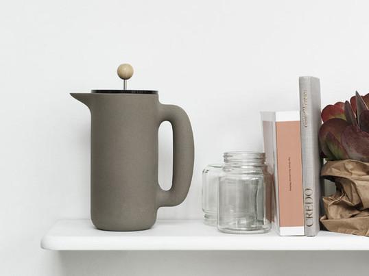 Formschöner Kaffeebereiter von Muuto begeistert mit seinem stilvollen Design und seiner durchdachten Funktionalität. So ist auch die Küche oder das Regal schnell optisch aufgewertet.