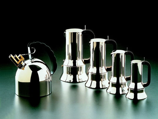 Eleganter Espressokocher von Alessi begeistert mit einem charakteristischen Design und mit verschiedenen Größen. Passend dazu der Wasserkocher in einem Glanz aus Edelstahl.