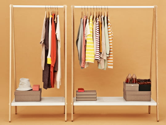 Der Toj Garderobenständer von Normann Copenhagen schafft viel Platz für Kleidung, Schuhe und Taschen. Der Entwurf stammt vom Dänischen Designer Simon Legald.