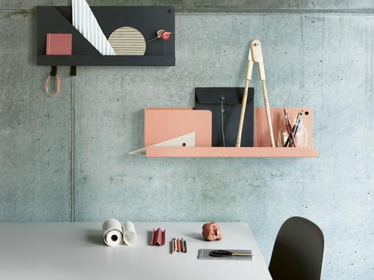 Das Folded Shelf in verschiedenen Größen und Farben ist das perfekte Wandregal für das moderne Büro. Terracotta und Schwarz harmonieren gut mit einer grün-grauen Wand.