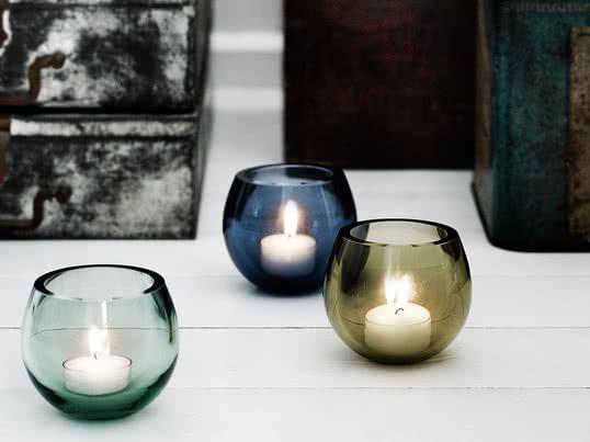 Der Teelichthalter ist in transparenten Pastelltönen erhältlich, die sich zusammengestellt gut auf dem Tisch oder auf dem Fensterbrett arrangieren lassen.