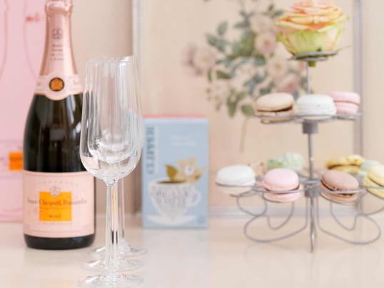 Die dezenten Champagnergläser aus der Grand Cru Kollektion von Rosendahl eignen sich ideal für kleine Feste oder besondere Anlässe. Als kleiner Snack können z. B. Macarons serviert werden.