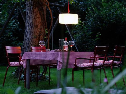 Die Thierry le Swinger Akku-Leuchte eignet sich ideal für die Beleuchtung des Gartentisches im Garten. Mit einem Seil lässt sich die Lampe einfach an einen Baum hängen.