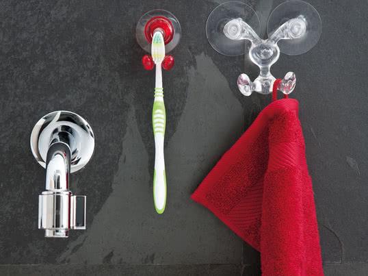 Der Halter für die Zahnbürste von Koziol wird mit einem Saugnapf an den Fliesen des Badezimmers befestigt und eignet sich besonders für kleinere Räume.
