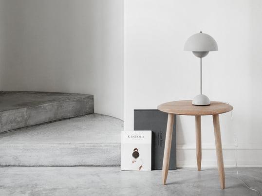 Die minimalistische Tischlampe Flowerpot VP3 in Grau von &tradition passt in viele Interieurs und zu vielen Stilen: Minimalismus, Urban Chic, Scandi Look...