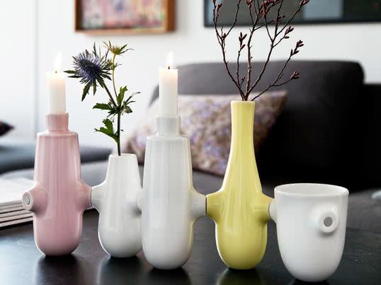 Die Fiducia Vasen und Kerzenständer von Kähler Design können durch Magneten individuell aneinandergereiht werden. So entsteht ein witziges Dekoobjekt, was sich zudem gut als Geschenk eignet.