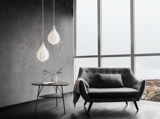 Der Alva Lampenschirm in Medium lässt sich besonders gut mit einem weiteren Exemplar in Ihrem Wohnzimmer kombinieren. So hängt die eine Lampe tiefer über dem Couchtisch als die andere.