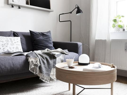 Der Turning Table von Menu in heller Eiche passt perfekt in die ruhigen Farben des Wohnzimmers. Der Couchtisch von der deutschen Designerin Theresa Arns entworfen.
