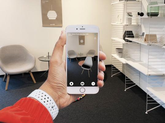 Seit wenigen Tagen können iOS-Nutzer (Version 11) Ihren Designliebling von Vitra mit unserem neuen Augmented Reality Feature direkt in Ihrer Wohnung platzieren.