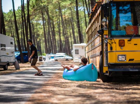 Der Lamzac von Fatboy ist ein wahres Festival Must-Have. Das Luft-Lounger eignet sich hervorragend um sich auf dem Campingplatz zu erholen oder als Sofa für bis zu zwei Personen.