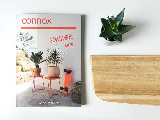 Der Connox Sommerkatalog 2018 Titelbild und aufgeblättert in der Ambienteansicht