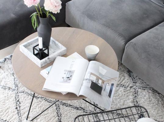 In Kombination mit einem weichen Kissen wird der WM String Lounge Chair von Menu zu einem wahren Lesesessel, auf dem man auch gerne länger verweilt und durch Zeitschriften stöbert.