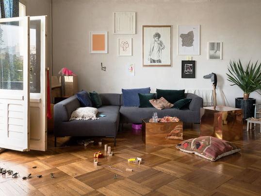 Die geraden Seiten und die leicht gewölbten Polsterungen laden zum Verweilen und Relaxen ein, während das modulare Sofa durch die filigranen Füße einen leichten Ausdruck bekommt.