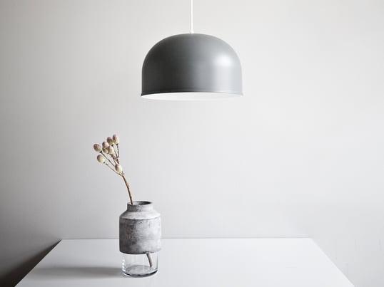 Die Willmann Vase von Menu begeistert mit der Kombination aus Glas und Beton. Minimalistisch und trotzdem ins Auge stechend präsentiert sich die Vase und wird so zum Hingucker in jedem Raum.