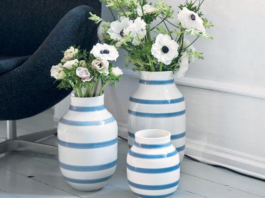 Mediterrane Vasen aus Keramik mit Streifen von Kähler Design: Die Omaggio Vasen von Kähler in Hellblau versprühen mediterranes Flair. Urlaubsfeeling für Zuhause.