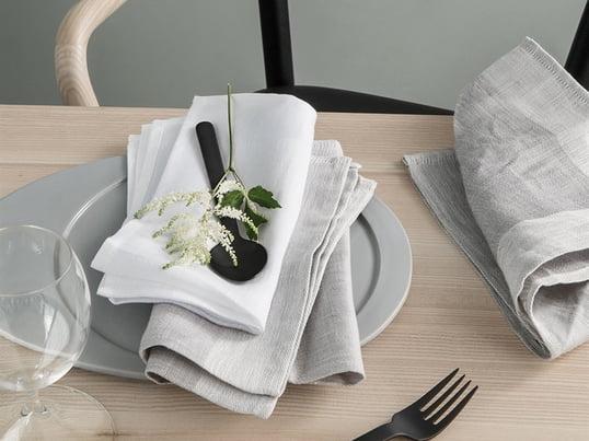 Zu besonderen Anlässen, bei denen ohne Tischdecke gedeckt wird, schaffen die Servietten eine schöne Textile Note, welche die gesamte Optik des Tisches modern und frisch aussehen lässt.