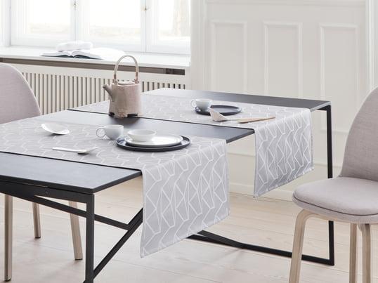 Der Arne Jacobsen Tischläufer von Georg Jensen Damask wertet den Esstisch optisch auf und schützt ihn vor Flecken und Kratzern. Finden Sie Tischdecken und Tischläufer im Connox Shop!