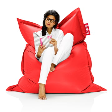 Fatboy, Sitzsack Original - Situation Frau auf Sitzsack, rot