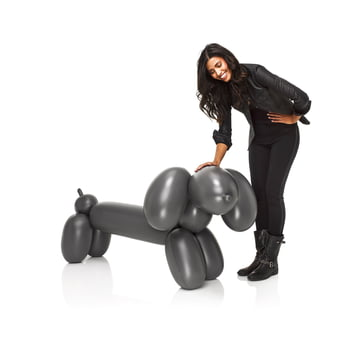 Fatboy - Inflatable Hot Dog, anthrazit - mit Person