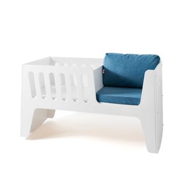 Rocky Baby- und Kinderbett von Jäll & Tofta in Weiß mit Kissen in Blau