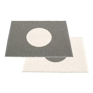 Vera Small One Wendeteppich 70 x 90 cm von Pappelina in Charcoal / Vanilla