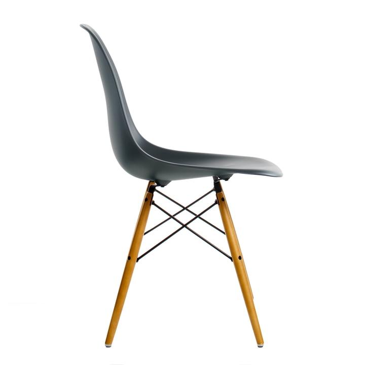 Eames Plastic Side Chair DSW von Vitra in Ahorn gelblich / basic dark