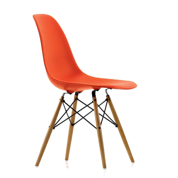 Eames Plastic Side Chair DSW von Vitra in Ahorn gelblich / poppy red