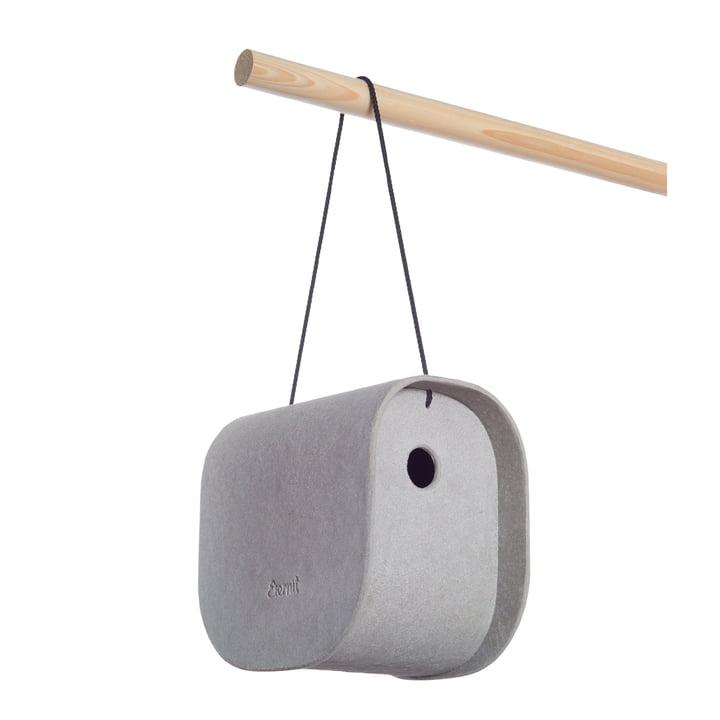 Der Birdy Nistkasten von Eternit hängt an einem Stock