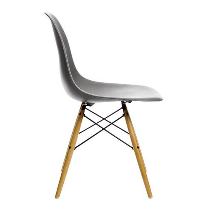 Eames Plastic Side Chair DSW von Vitra in Ahorn gelblich / basalt